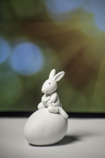 Valentino Hase Maxi auf Ei (sitzend-mit Blüte in der Hand, ca. 6-9cm)